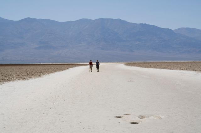 Las llanuras de sal cercanas a Badwater en el Valle de la Muerte, Nevada