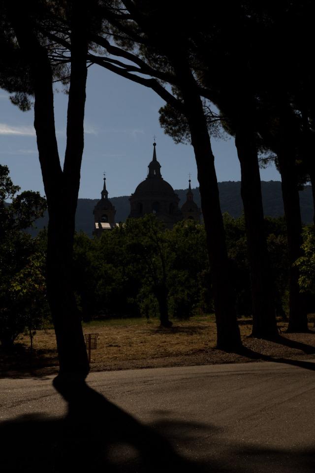 El Monasterio de San Lorenzo de El Escorial visto desde los jardines de la Casita del Príncipe, España