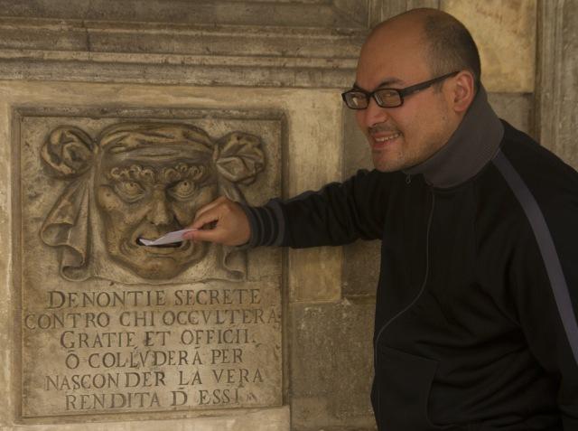 Presentando una denuncia anónima en los buzones de acusación del Palacio Ducal de Venecia, Italia