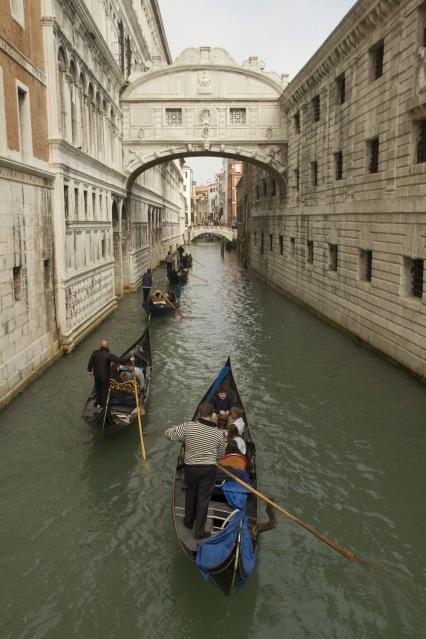 El famoso Puente de los Suspiros de Venecia, Italia